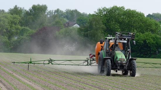 Ausbringen von Pestiziden in der Agrarwirtschaft